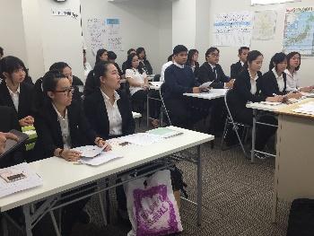 リクルートスーツを着て授業を受ける学生